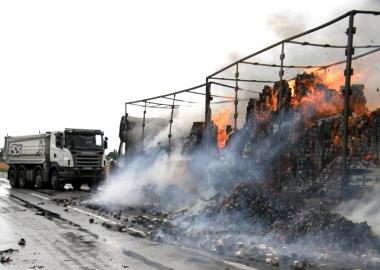 Сотрудники ГАИ с помощью многотонного самосвала пытаются оттянуть горящий тягач, и освободить проезжую часть.