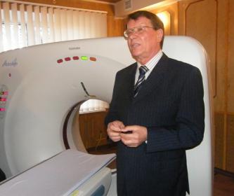 Виктор Соколов возле магнитно-резонансного томографа