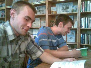 Поети Сергій Зубець та Олексій Лоленко читають (власні, певне) якісь тексти